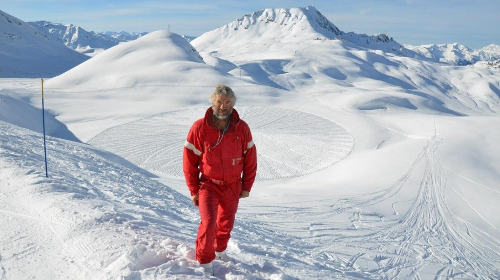 simon-beck-snow-art-1_wide-686a452739cb8c79e3b142c9dca5e0dbc5b6d823-s40-c85